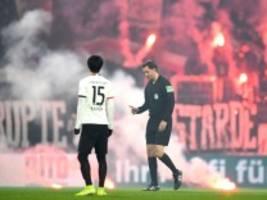 Fans von Eintracht Frankfurt: Leuchtraketen auf den Rasen