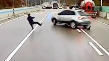 Spiegelglatte Autobahn: Massencrash nach Blitzeis: Mann will andere Fahrer warnen und wird beinahe überrollt