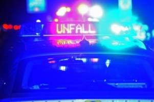 Unfälle: Lkw gegen Baum gesteuert: Fahrer verletzt, Totalschaden