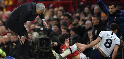 dann muss mourinho auch noch in einen schmerzhaften zweikampf