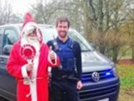 polizist fährt nikolaus zum einsatz