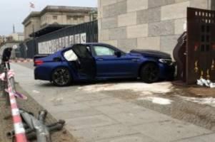 Verkehr: Unfall am Finanzministerium: Fahrer wollte BMW testen