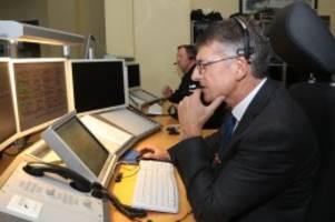 Polizei: Hamburger Polizeipräsident beantwortet 110-Notrufe