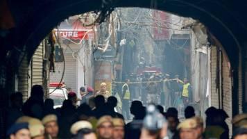 Großbrand in Fabrikgebäude: Mehr als 40 Tote bei Brandkatastrophe in Neu Delhi