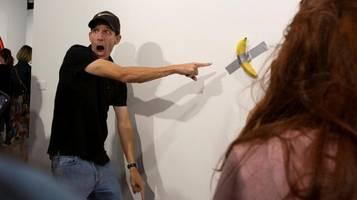 Künstler isst 120.000-Dollar-Bananen-Installation
