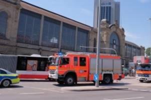 hamburg: lkw und bus kollidieren am dammtor-bahnhof: zwei verletzte