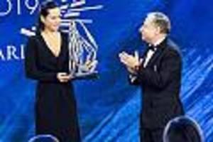 standing ovations im publikum - ehrung für niki lauda bei fia-gala: bewegender auftritt seiner witwe in paris