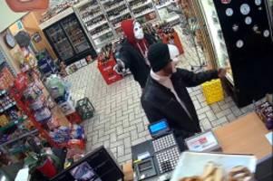 Späti und Internetcafé beraubt: Polizei sucht Maskenmänner