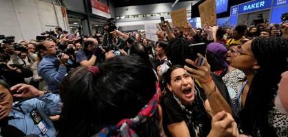 """""""schande"""", rufen die aktivisten – dann werden sie aus dem saal gedrängt"""