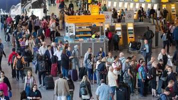 «unbedingt» früher anreisen: flughafen frankfurt warnt vor langen weihnachts-wartezeiten