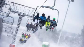 Erste Wintersportler testen den Schnee im Sauerland