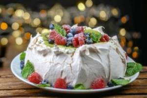 kulinarischer adventskalender: baisertorte pavlova: frische früchte in der adventszeit