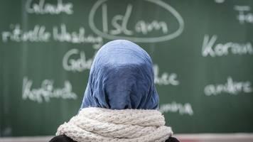 rund drei dutzend lehrerinnen unterrichten mit kopftuch