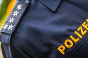 zivile polizei hält mann fest - passanten mischen sich ein