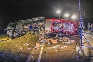 tiefkühltransporter prallt in heidenheim gegen reisebus: zwei tote