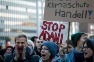 Klima: Klimaaktivisten demonstrieren vor Siemens in Hamburg