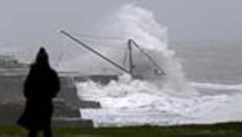 unwetter: sturm brendan trifft auf nordirland und großbritannien