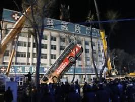 Neun Menschen sterben in Erdloch: Straßenkrater in China verschluckt Bus