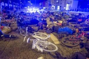 Hamburg: Getöteter Radfahrer: Gedenken mit Ghost Bike und Die-in