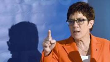 Kramp-Karrenbauer fordert staatlichen Schutz für Kommunalpolitiker