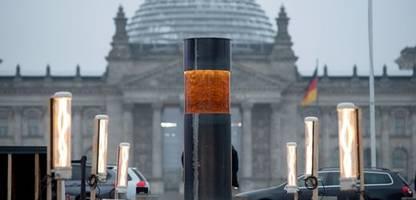zentrum für politische schönheit: künstler bauen säule vor dem bundestag ab