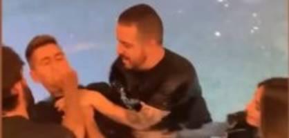 alisson ist götti: firmino lässt sich im eigenen pool taufen