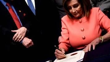 Impeachment-Anklageschrift : 30 Stifte für 30 Unterschriften: Warum Nancy Pelosi so viele Kugelschreiber braucht