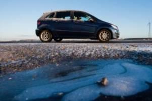 unfälle: auto rutscht bei glätte von straße: fahrerin schwer verletzt