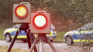 ludwigsburg: autofahrer klaut blitzer und versenkt ihn in baggersee