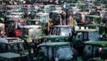 Bauernproteste: Bauernverband verurteilt NS-Symbolik an Traktoren in Nürnberg