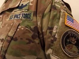 tarnfarben im weltall: netz verspottet neue space-force-uniform