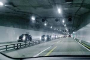 verkehr: a7-verkehr rollt durch schnelsener lärmschutztunnel