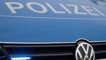 54-jähriger autofahrer flüchtet vor polizei und baut unfall