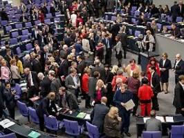 Schrumpfkur für Riesen-Bundestag: Legen sich die Parteien selbst Zügel an?