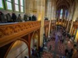 tausende besucher bei friedrichswerdersche kirche in mitte