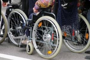 Fahndung nach Räubern: Täter überfallen Rollstuhlfahrerin und rauben Handtasche