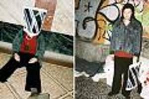 """Ärger auf Twitter - """"Aldi-Tüte für schlappe 550€"""": Lars Eidinger posiert mit Luxustasche vor Obdachlosen"""