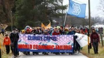 klimaaktivisten auf protestwanderung nach davos