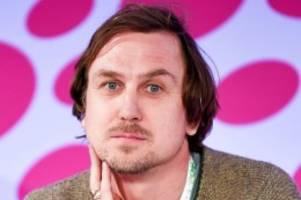 Schauspieler: Lars Eidinger posiert mit Luxus-Aldi-Tüte vor Obdachlosen