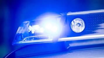43-jähriger entflieht polizei und kracht in anderes auto