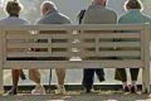 Skurille Aktion - Kirche schmeißt alte Menschen raus - um attraktiv für junge Menschen zu sein