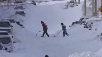 video: aufräumarbeiten nach schwerem schneesturm