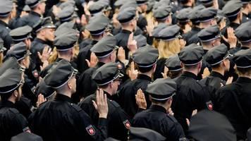 starker rückgang: rund 1100 angehende polizisten vereidigt