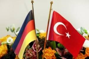 Deutsch-türkische Beziehungen: Strittige Themen im Gepäck: Merkel trifft Erdogan