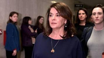 Prozess in New York: Er stand mit Babyöl vor ihrer Hoteltür: Annabella Sciorra sagt gegen Harvey Weinstein aus