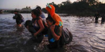 migration aus mittelamerika in usa: nachts durch den fluss