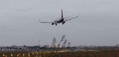 Von Sturm durchgeschüttelt: Flugzeug bricht Landung in letzter Sekunde ab