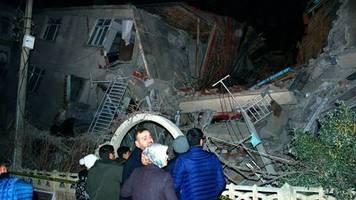 News am Wochenende: Viele Tote und fast 1000 Verletzte bei Erdbeben in Osttürkei