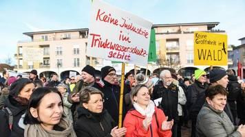 Bürger demonstrieren für und gegen Tesla-Ansiedlung
