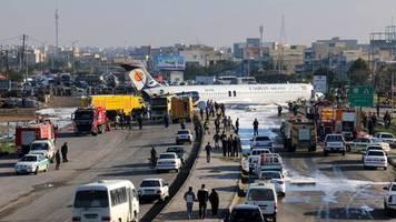Keine Verletzten: Iranischer Passagierjet rutscht bei Landung auf Autobahn